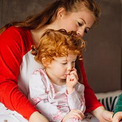 Laurence, maman de 2 filles de 4 et 7 ans, lit Histoires pour les Petits avec ses enfants.