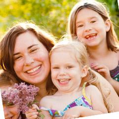 Stéphanie, maman de Clémentine, 3 ans, lit Histoires pour les Petits avec ses enfants.